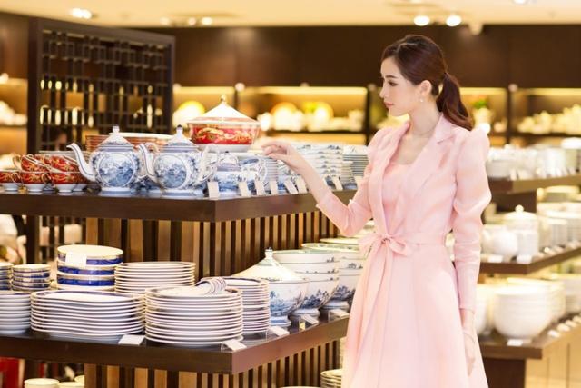 Cận ngày cưới, Đặng Thu Thảo đội mưa đi tham quan mua sắm đồ dùng gia đình - Ảnh 2.