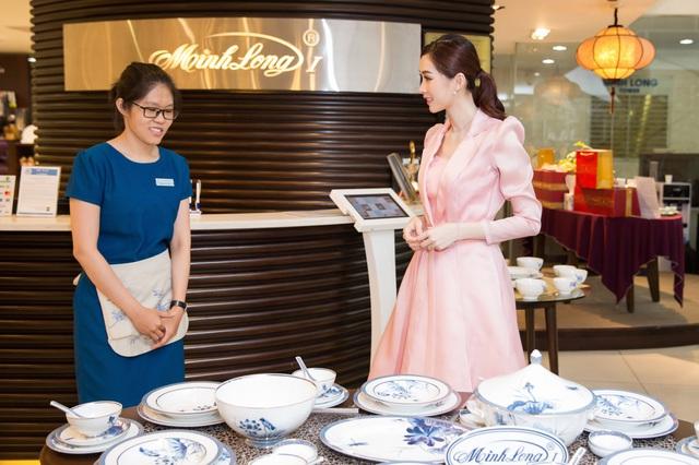 Cận ngày cưới, Đặng Thu Thảo đội mưa đi tham quan mua sắm đồ dùng gia đình - Ảnh 4.