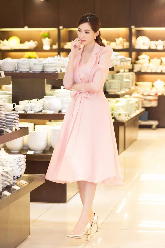 Cận ngày cưới, Đặng Thu Thảo đội mưa đi tham quan mua sắm đồ dùng gia đình - Ảnh 5.