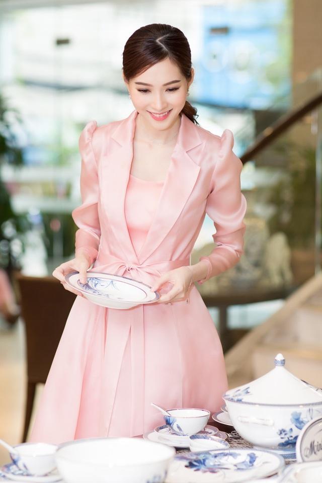 Cận ngày cưới, Đặng Thu Thảo đội mưa đi tham quan mua sắm đồ dùng gia đình - Ảnh 7.