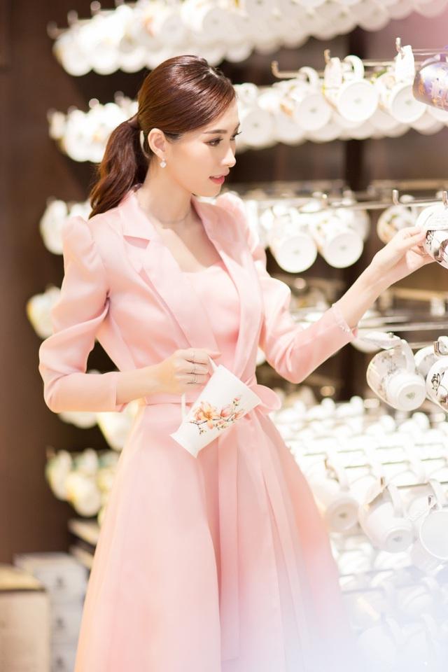 Cận ngày cưới, Đặng Thu Thảo đội mưa đi tham quan mua sắm đồ dùng gia đình - Ảnh 8.