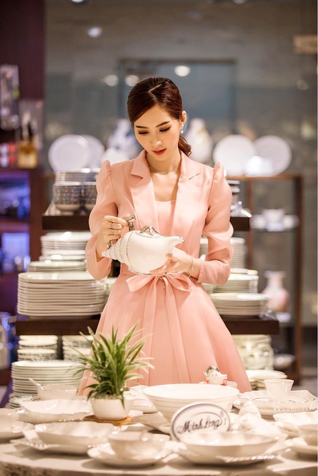Cận ngày cưới, Đặng Thu Thảo đội mưa đi tham quan mua sắm đồ dùng gia đình - Ảnh 10.