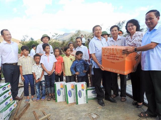Vinamilk đem sữa đến với trẻ em vùng lũ tại Hà Tĩnh và Quảng Bình - Ảnh 1.