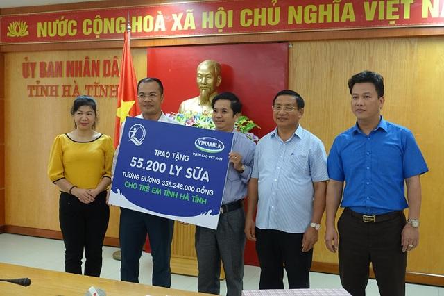 Vinamilk đem sữa đến với trẻ em vùng lũ tại Hà Tĩnh và Quảng Bình - Ảnh 2.