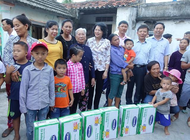 Vinamilk đem sữa đến với trẻ em vùng lũ tại Hà Tĩnh và Quảng Bình - Ảnh 4.