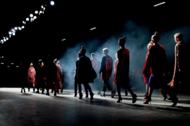 Chuẩn mới của thời trang: Phải lan tỏa đến mọi giác quan - Ảnh 1.