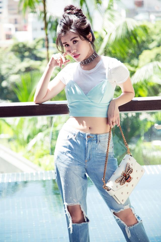 Emily Hồng Nhung cá tính bất ngờ với bra top và jeans rách - Ảnh 2.