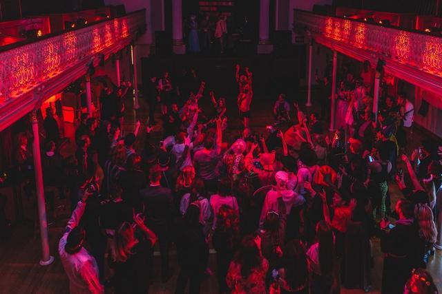 Lần đầu tiên giới trẻ Việt Nam đón đại tiệc Halloween cùng các nước Anh, Mỹ, Canada - Ảnh 1.