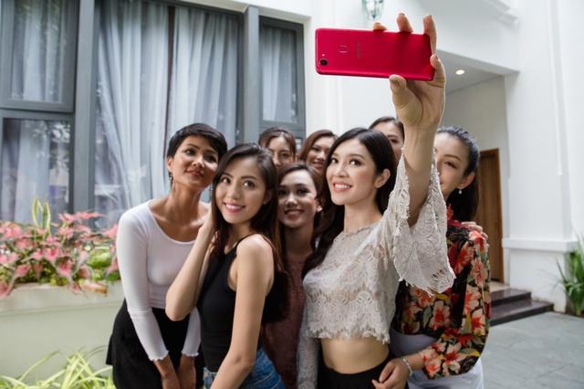 OPPO F5 bất ngờ xuất hiện trên tay Hoa hậu Hoàn vũ 2017 và trong MV của Noo Phước Thịnh - Ảnh 4.