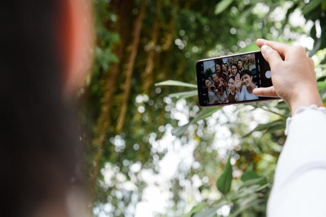 OPPO F5 bất ngờ xuất hiện trên tay Hoa hậu Hoàn vũ 2017 và trong MV của Noo Phước Thịnh - Ảnh 5.