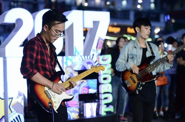 """Giới trẻ hào hứng phiêu âm nhạc tại street show, đua nhau """"săn vé"""" đến MMF by Tuborg 2017 - Ảnh 2."""