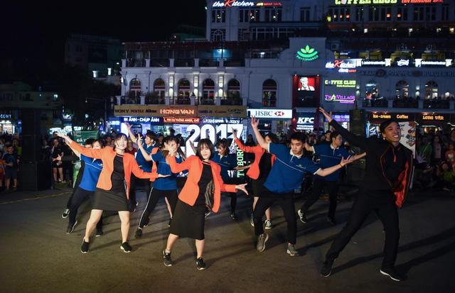 """Giới trẻ hào hứng phiêu âm nhạc tại street show, đua nhau """"săn vé"""" đến MMF by Tuborg 2017 - Ảnh 4."""