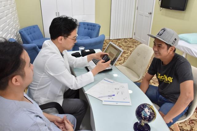 Diễn viên Hùng Thuận nâng mũi cấu trúc tại bệnh viện Ngọc Phú - Ảnh 2.