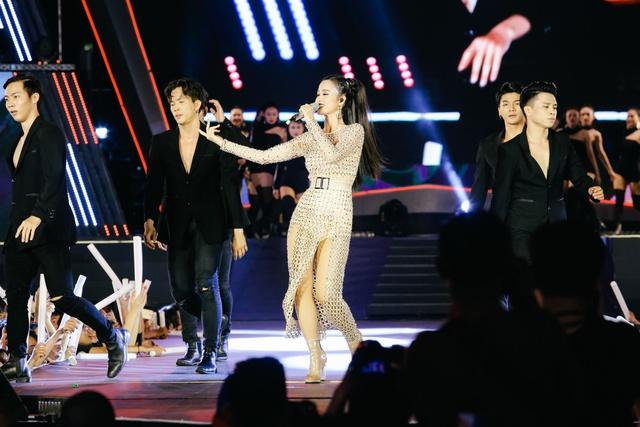 Mỹ Tâm, Noo Phước Thịnh, Tóc Tiên, Đông Nhi khuấy động ngày hội thời trang âm nhạc tại SVĐ Quân khu 7 - Ảnh 4.