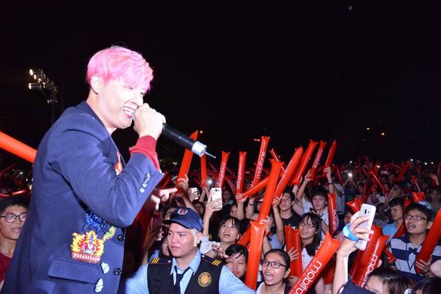 """Isaac cùng Soobin Hoàng Sơn đội mưa """"cháy"""" hết mình cùng hàng ngàn sinh viên - Ảnh 5."""