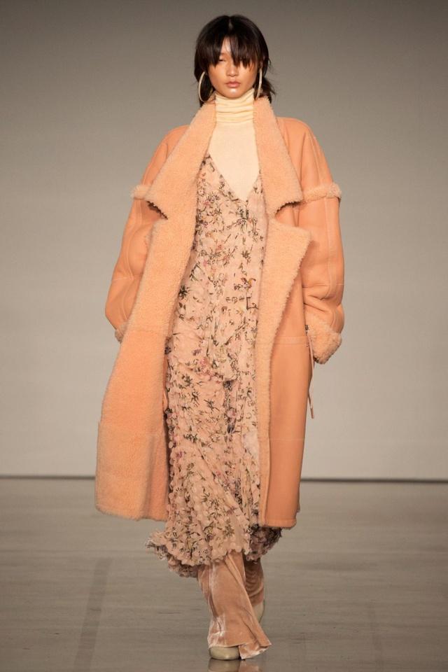 Xu hướng váy hoa cùng áo khoác dạ lên ngôi dịp Thu Đông - Ảnh 2.