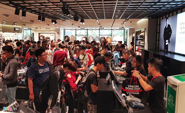 Gần 2.000 gian hàng ngập tràn ưu đãi trong dịp Vincom Black Friday 2017 - Ảnh 1.