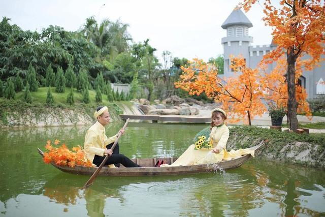 Xốn xang với những bộ hình cưới vượt thời gian, xuyên không gian ở phim trường sát vách Sài Gòn - Ảnh 1.