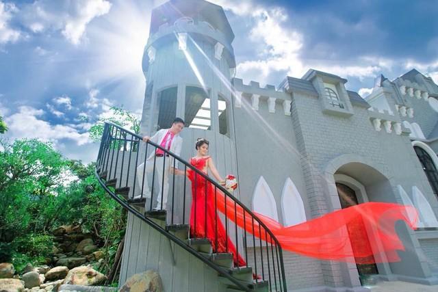 Xốn xang với những bộ hình cưới vượt thời gian, xuyên không gian ở phim trường sát vách Sài Gòn - Ảnh 3.