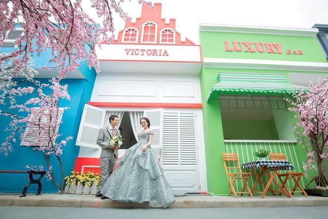 Xốn xang với những bộ hình cưới vượt thời gian, xuyên không gian ở phim trường sát vách Sài Gòn - Ảnh 5.