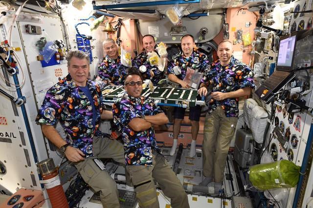 Nếu có một bữa tiệc trên tàu vũ trụ, các phi hành gia sẽ làm gì? - Ảnh 2.