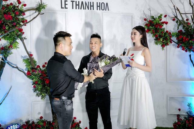 Hoa hậu Sella Trương nổi bật bên cạnh Hoa hậu Đỗ Mỹ Linh - Ảnh 2.