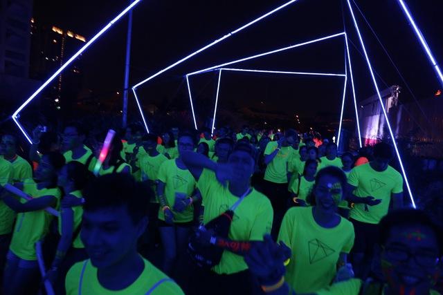 Hàng nghìn bạn trẻ đốt cháy màn đêm cùng đường chạy PRISMA 2017 - Ảnh 3.