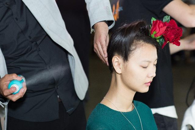 Bỏ túi bí kíp tóc đẹp từ hậu trường show diễn của hơn 100 người mẫu - Ảnh 8.