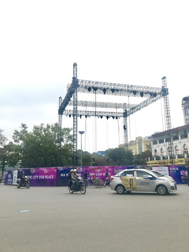 Choáng ngợp sân khấu đại nhạc hội được thiết kế như transformer giữa phố đi bộ Hà Nội - Ảnh 1.