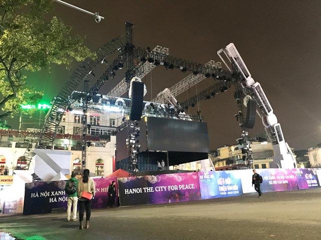 Choáng ngợp sân khấu đại nhạc hội được thiết kế như transformer giữa phố đi bộ Hà Nội - Ảnh 2.