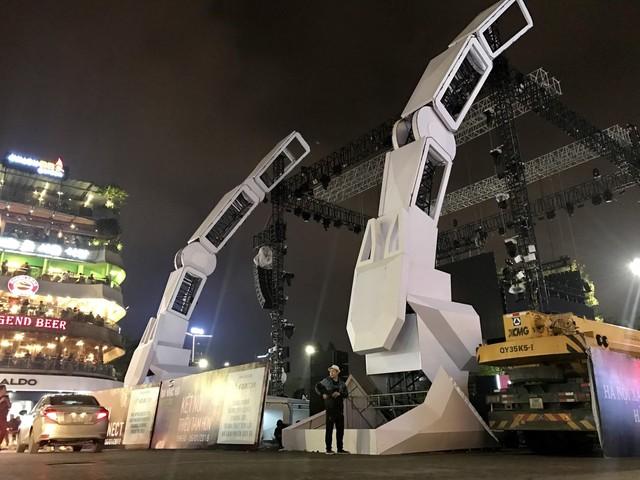 Choáng ngợp sân khấu đại nhạc hội được thiết kế như transformer giữa phố đi bộ Hà Nội - Ảnh 3.