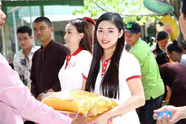 Á hậu Hoàng Dung giản dị trao quà Tết - Ảnh 3.