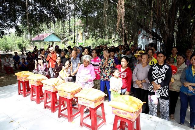 Á hậu Hoàng Dung giản dị trao quà Tết - Ảnh 5.