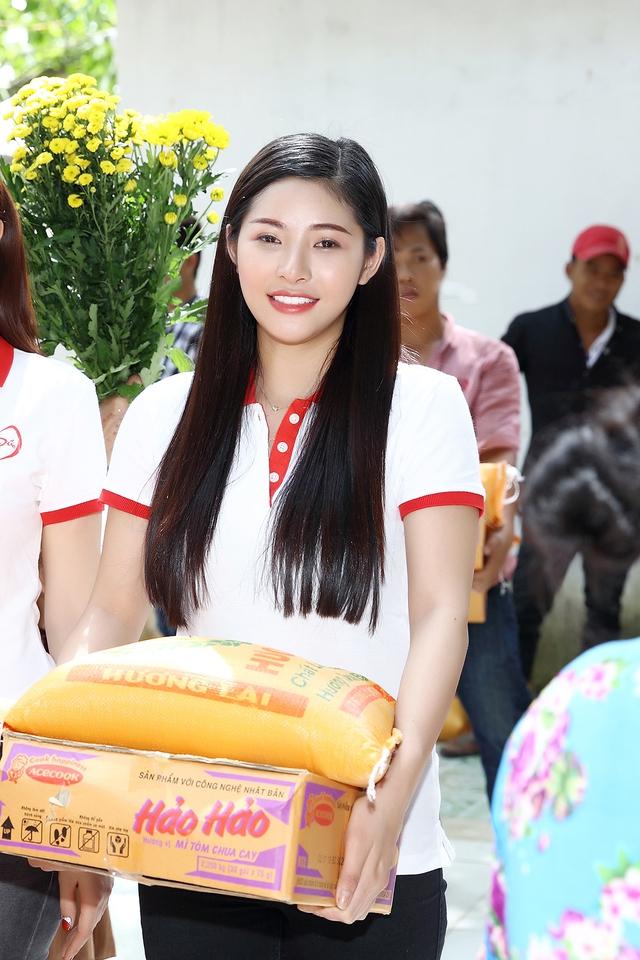 Á hậu Hoàng Dung giản dị trao quà Tết - Ảnh 9.
