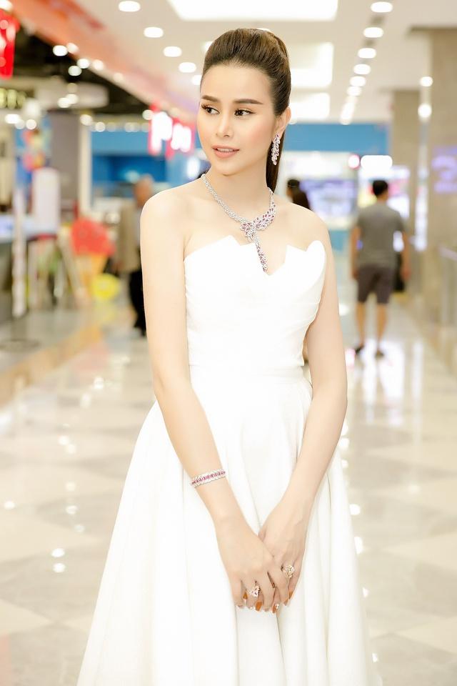 Hoa hậu Sella Trương diện cây hàng hiệu 3 tỷ sánh đôi cùng Quý Bình - Ảnh 9.