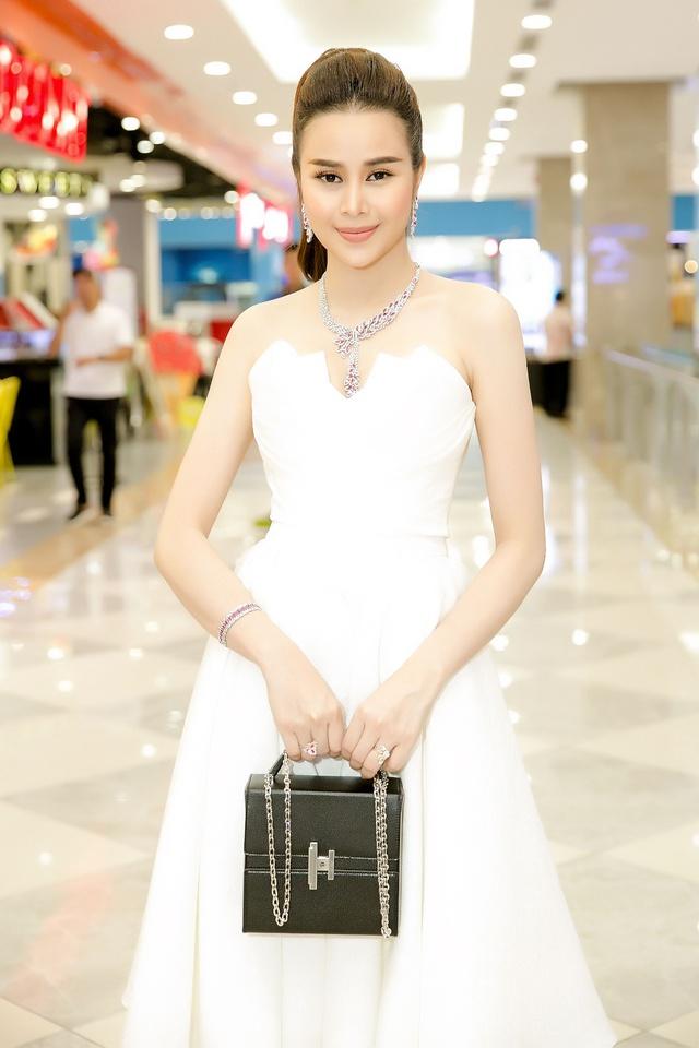Hoa hậu Sella Trương diện cây hàng hiệu 3 tỷ sánh đôi cùng Quý Bình - Ảnh 10.