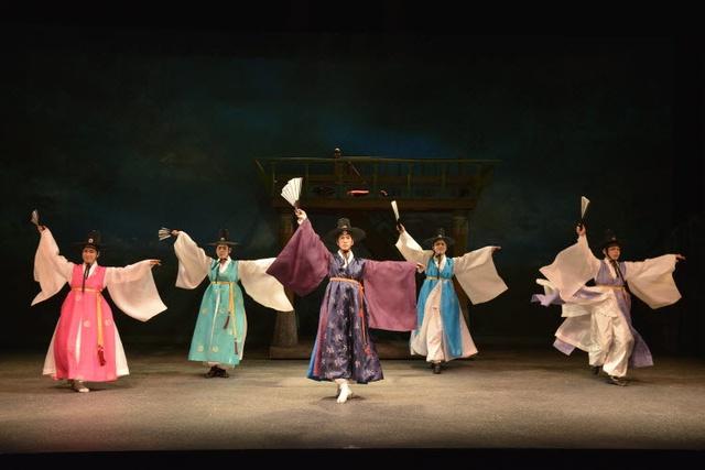 Mê du lịch, bạn nhất định phải xem show diễn văn hoá nổi tiếng ở từng quốc gia này - Ảnh 15.