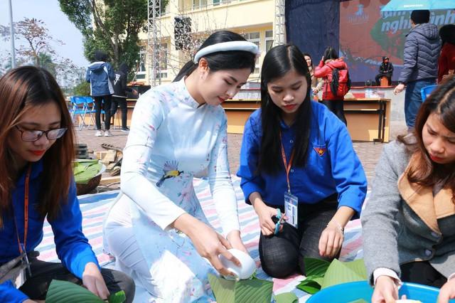 Hoa hậu Ngọc Hân đồng hành cùng thày trò Đại học Đại Nam trong chương trình Tấm bánh nghĩa tình 2018 - Ảnh 1.