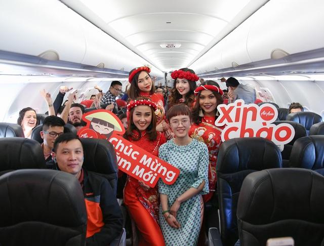 Thích thú với màn nhảy sôi động của dàn tiếp viên hàng không trên chuyến bay đến Kuala Lumpur - Ảnh 2.