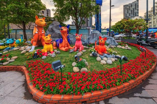 Mãn nhãn đường hoa Nguyễn Huệ đẹp rực rỡ ngày đầu năm - Ảnh 3.