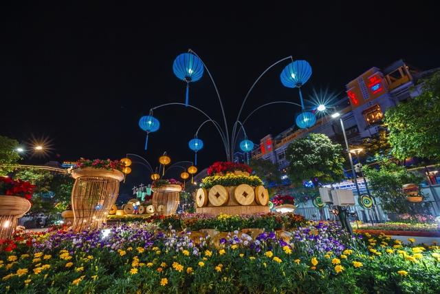 Mãn nhãn đường hoa Nguyễn Huệ đẹp rực rỡ ngày đầu năm - Ảnh 10.