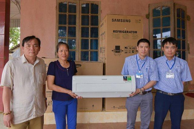 Không phải hoa, tủ lạnh; máy giặt mới là món quà Samsung dành tặng mẹ thủ môn Tiến Dũng - Ảnh 1.