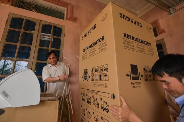 Không phải hoa, tủ lạnh; máy giặt mới là món quà Samsung dành tặng mẹ thủ môn Tiến Dũng - Ảnh 2.