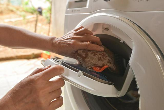 Không phải hoa, tủ lạnh; máy giặt mới là món quà Samsung dành tặng mẹ thủ môn Tiến Dũng - Ảnh 6.