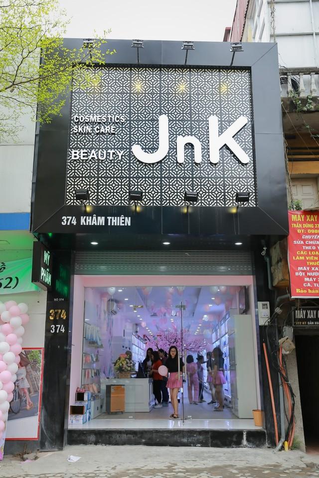Hàng trăm chị em hồ hởi tham dự sự kiện khai trương chuỗi cửa hàng mỹ phẩm JnK - Ảnh 1.