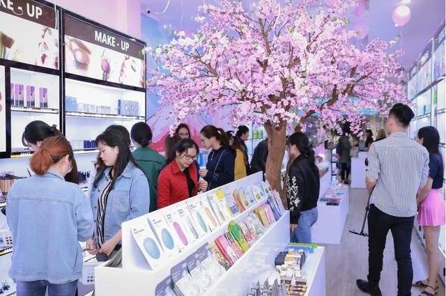 Hàng trăm chị em hồ hởi tham dự sự kiện khai trương chuỗi cửa hàng mỹ phẩm JnK - Ảnh 2.