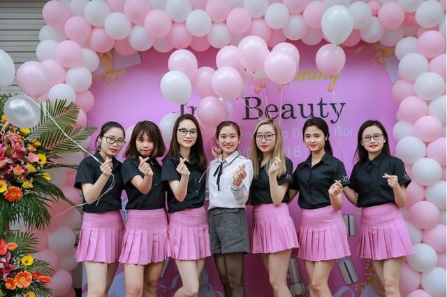 Hàng trăm chị em hồ hởi tham dự sự kiện khai trương chuỗi cửa hàng mỹ phẩm JnK - Ảnh 3.