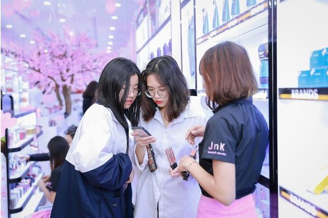 Hàng trăm chị em hồ hởi tham dự sự kiện khai trương chuỗi cửa hàng mỹ phẩm JnK - Ảnh 4.