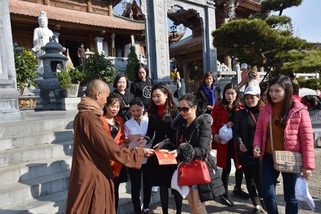 Du khách thập phương nô nức tham dự Hội xuân Mở Cổng Trời Fansipan - Ảnh 4.