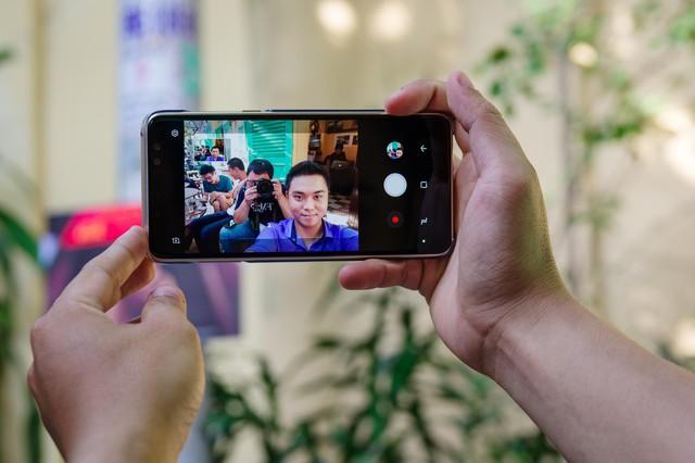 Sự khác nhau giữa camera selfie thường và selfie góc rộng - Ảnh 2.